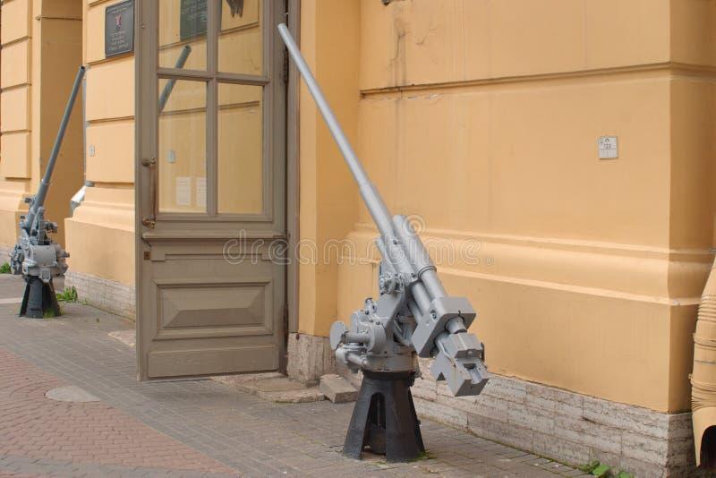 Świątobliwy Petersburg Rosja, Lipiec, - 07, 2017: Wizerunek 45 mm morscy przeciwlotniczy pistolety przy wejściem muzeum obrona i zdjęcia stock