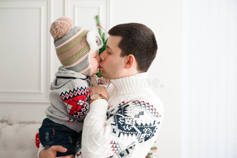 Świętowanie, rodzina, wakacje i urodzinowy pojęcie, - szczęśliwa nowy rok rodzina zdjęcia royalty free