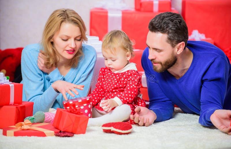 Świętujący coś specjalnego Tradycyjne wartości rodzinne Para w miłości i dziecko jesteśmy szczęśliwym rodziną Rodzina Świętuje zdjęcia royalty free