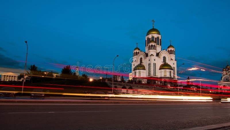 Światło wlec na miasto ulicie po zmierzchu Kościół Wszystkie Saints Yekaterinburg obrazy stock