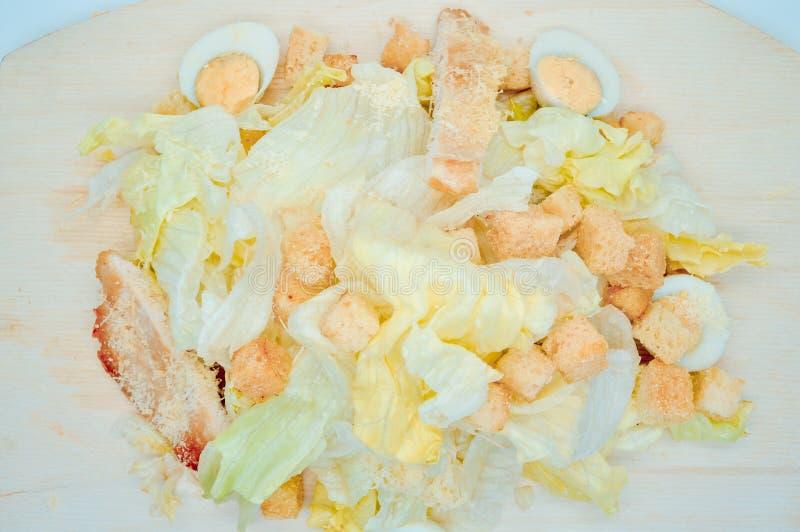 Świeża domowej roboty Caesar sałatka z przepiórek jajkami i Parmezańskim serem ucierał na świetnym grater obraz stock