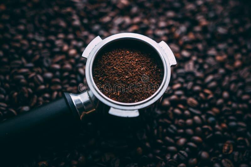 Świeża zmielona kawa w portafiler obrazy royalty free