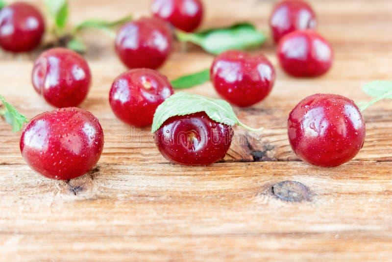 Świeże dojrzałe czereśniowe jagody na drewnianym tle fotografia stock