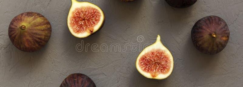 Świeże figi na szarym tle, odgórny widok Koszt stały, od above obraz stock
