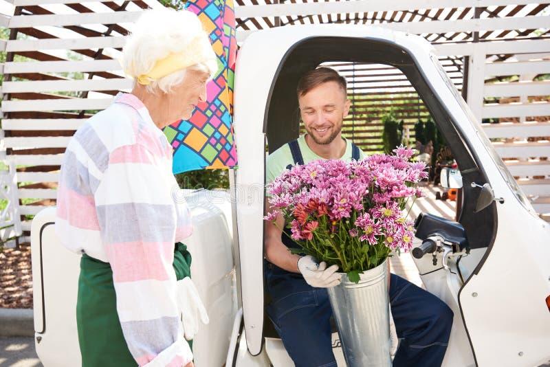 Świeżego kwiatu dostawa zdjęcie royalty free