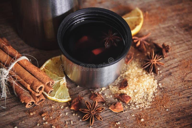 Świeżo domowej roboty rozmyślający wino w pucharze z fragrant gatunkami, cytrus owoc, cytryna na drewnianej rusric desce zdjęcie royalty free