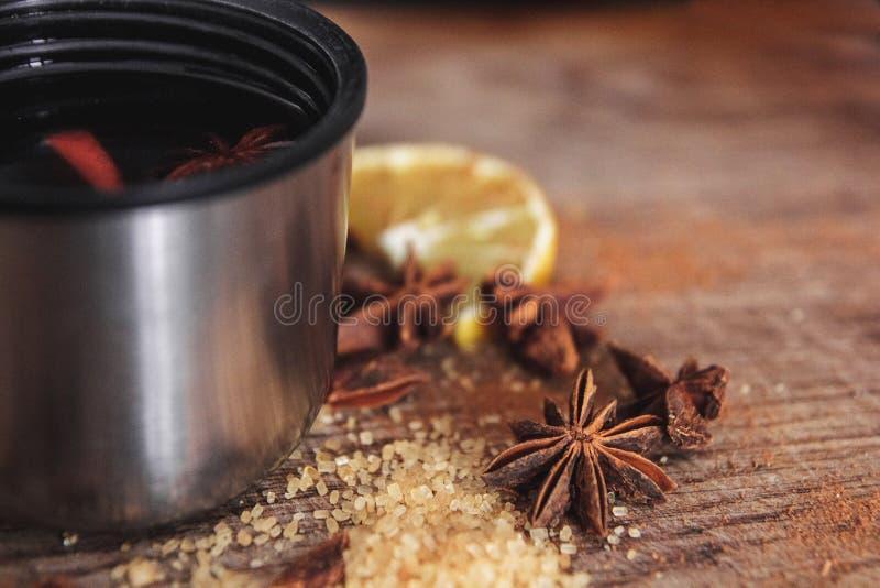 Świeżo domowej roboty rozmyślający wino w pucharze z fragrant gatunkami, cytrus owoc, cytryna na drewnianej rusric desce z bliska obrazy stock