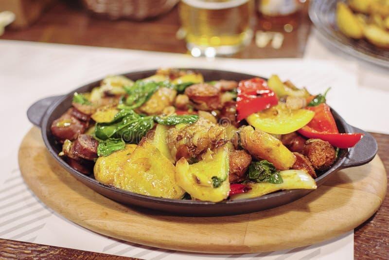 Świeżo gotujący jeden garnek kiełbasa, warzywa i słuzyć w smażyć nieckę zdjęcie stock