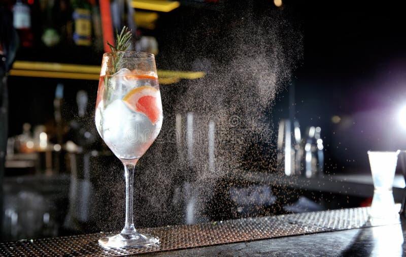Świeży alkoholiczny grapefruitowy i rozmarynowy dżin toniki koktajl na baru kontuarze obrazy stock