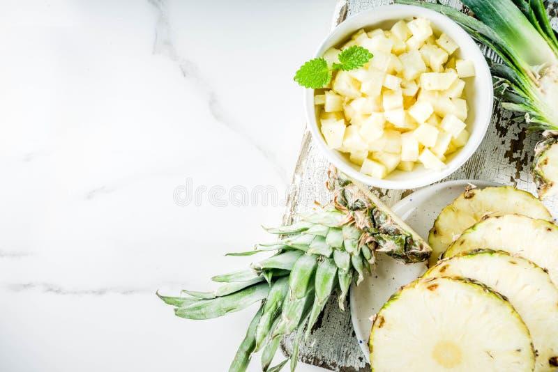 świeży ananas pokrajać zdjęcia royalty free