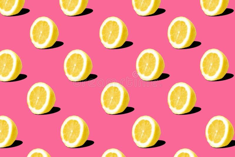 Świeży cytryn cytryn wzór na różowym tle Minimalny pojęcie Lata minimalny pojęcie obraz royalty free