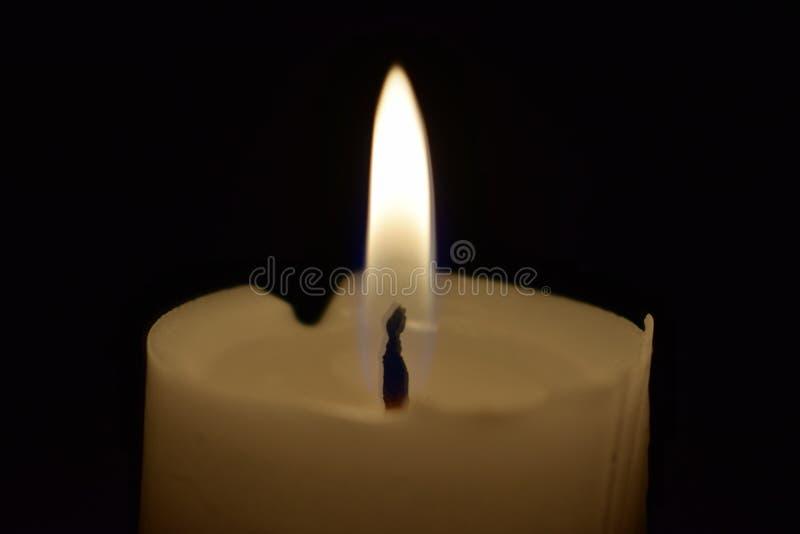 Świeczki światła płomień zamknięty w górę czarnego tła Z obraz stock