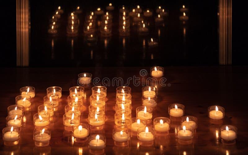Świeczki na stole obok okno obrazy royalty free