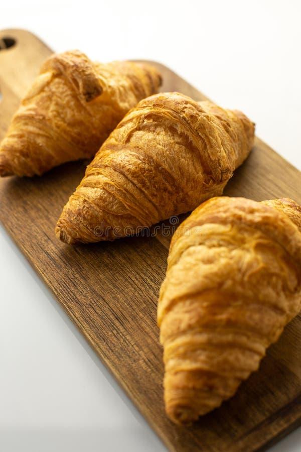 Świezi croissants na drewnianej desce zdjęcie royalty free