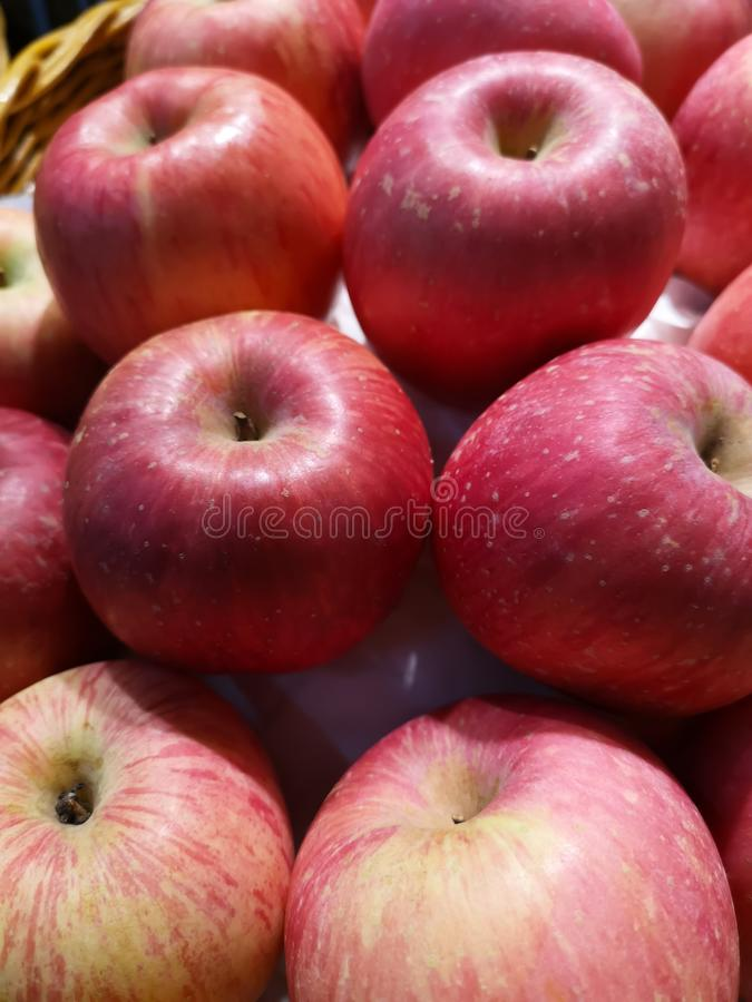 Świezi czerwoni jabłka sprzedają na półkach w supermarketach obraz royalty free