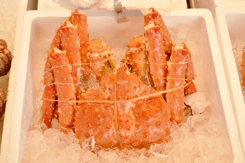 Świezi gigantycznego kraba pokazy dla sprzedaży w owoce morza wprowadzać na rynek na Supporo zdjęcia royalty free