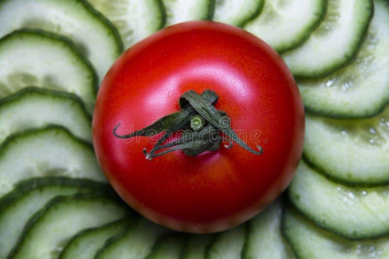 Świezi sałatkowych warzyw pomidory i ogórki zdjęcia stock