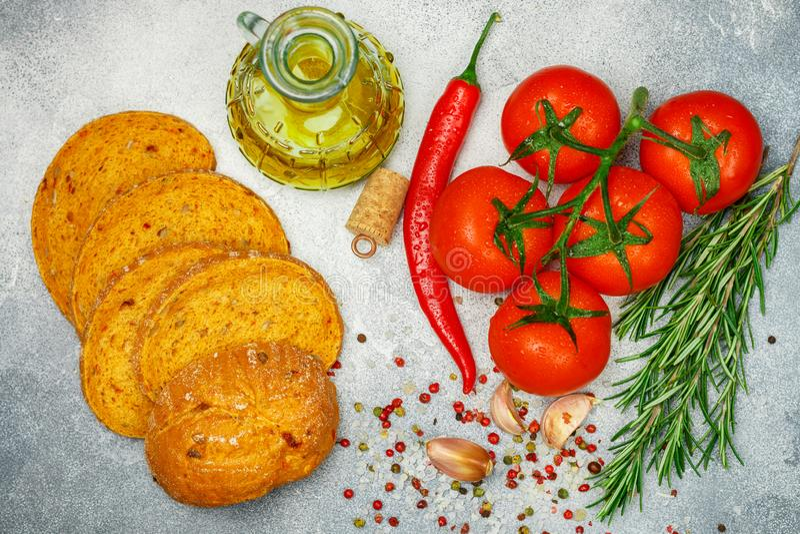 Świezi soczyści dojrzali pomidory na gałąź, czerwonym pieprzu, rozmarynach, czosnku i pikantność, Chleb z wysuszonym pomidorem i  obrazy stock