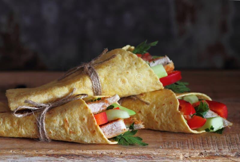 Świezi tortilla opakunki z jarzynowym plombowaniem zdjęcia royalty free