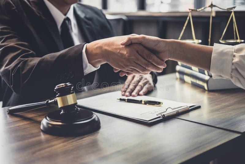 咨询的好服务合作在一名男性律师和女商人顾客,在好成交协议以后的握手之间的, 库存照片