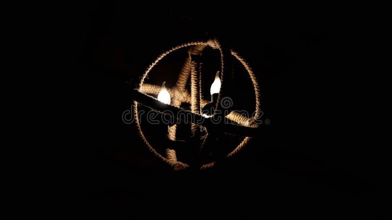 唯一圆的绳索枝形吊灯 图库摄影