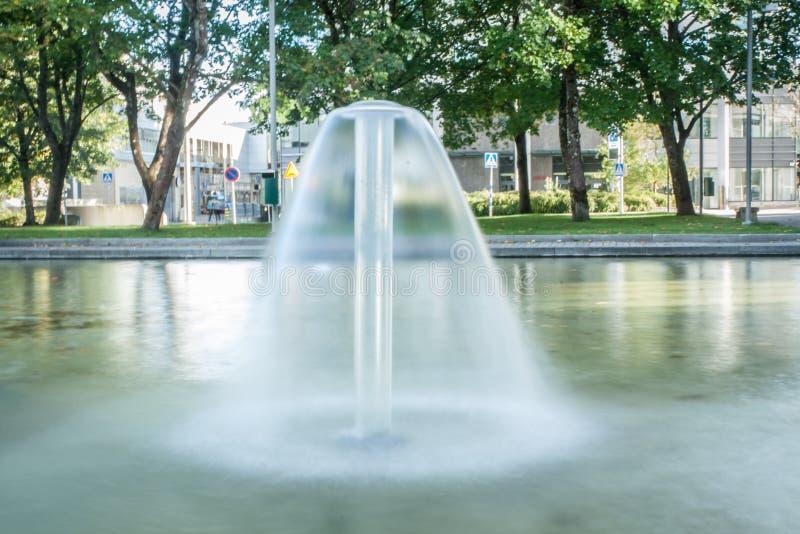 喷泉的长的曝光射击在锥体形状的在科沃拉,芬兰在一个夏日 免版税图库摄影