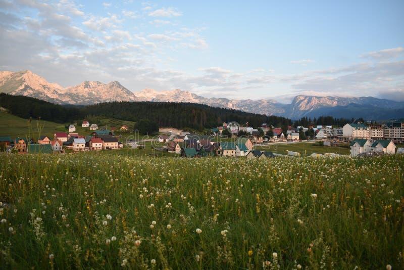 Å ½ abljak镇和杜米托尔国家公园山的清早全景 免版税库存照片