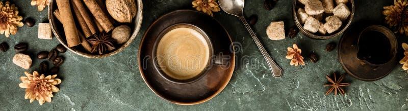 咖啡、花和香料在老绿色背景 免版税库存照片