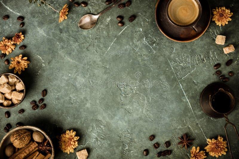 咖啡、花和香料在老绿色背景 免版税库存图片