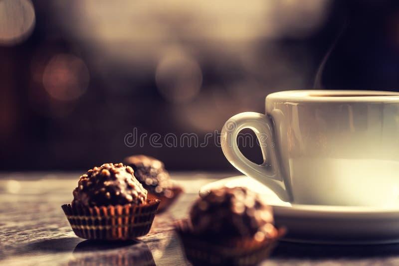 咖啡与巧克力蛋糕的在酒吧书桌上在夜总会 库存照片