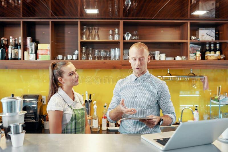 咖啡馆店主和barista在柜台 库存照片