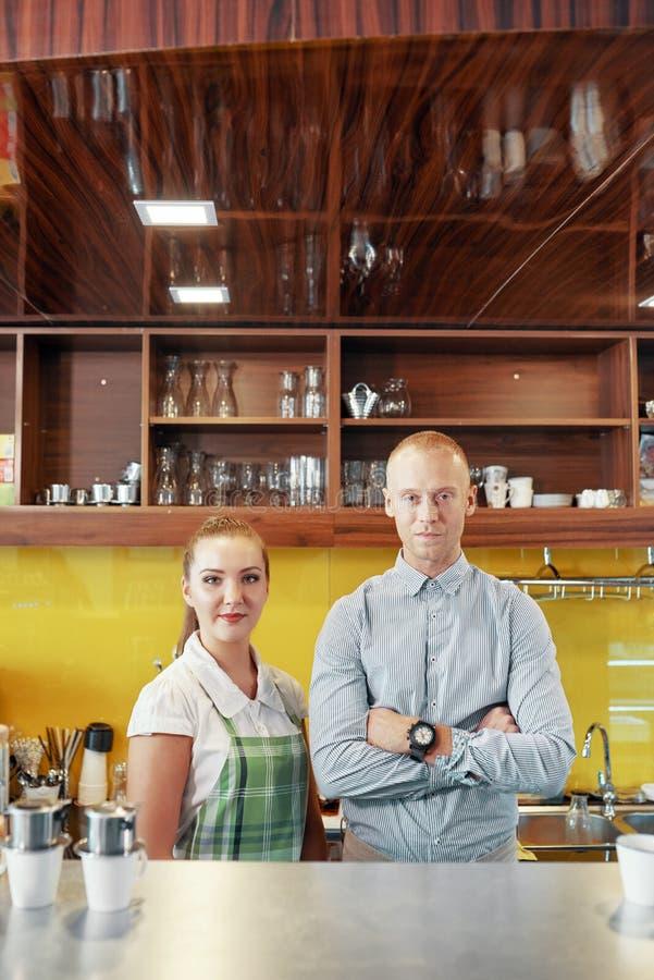 咖啡馆的Barista和经理 免版税库存照片