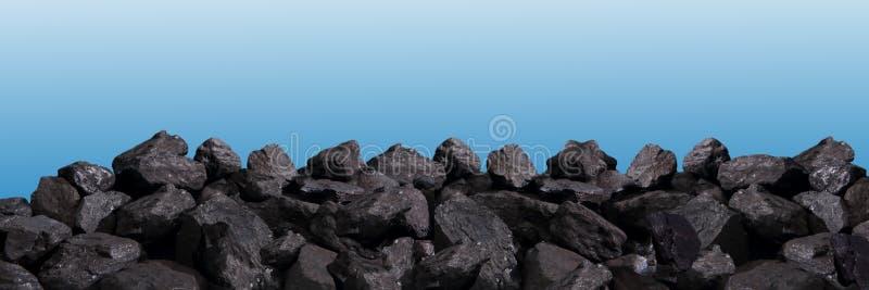 堆在天空蔚蓝背景的黑煤炭  免版税库存照片