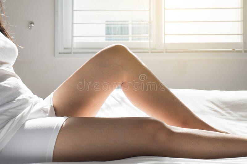 Åderbråcks åder på kvinnan lägger benen på ryggen eller foten, kropp- och hälsovårdbegreppet, selektiv fokus royaltyfria foton
