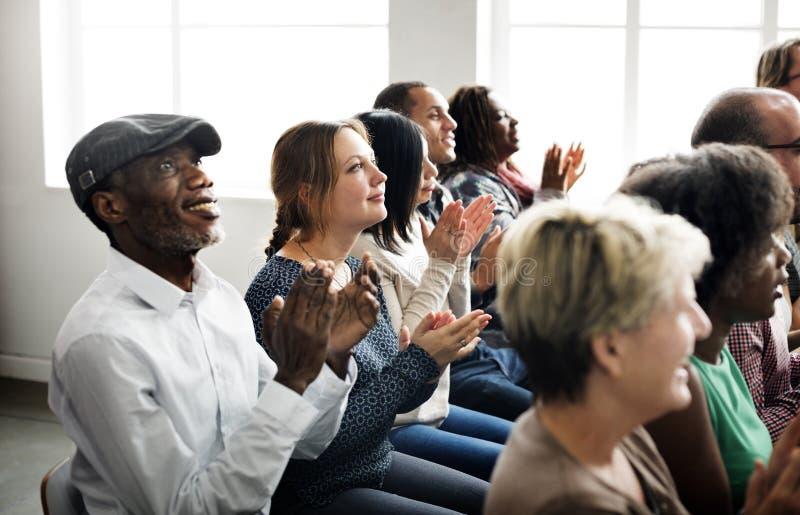 Åhörare applåderar att applådera begrepp för lyckagillandeutbildning arkivfoto