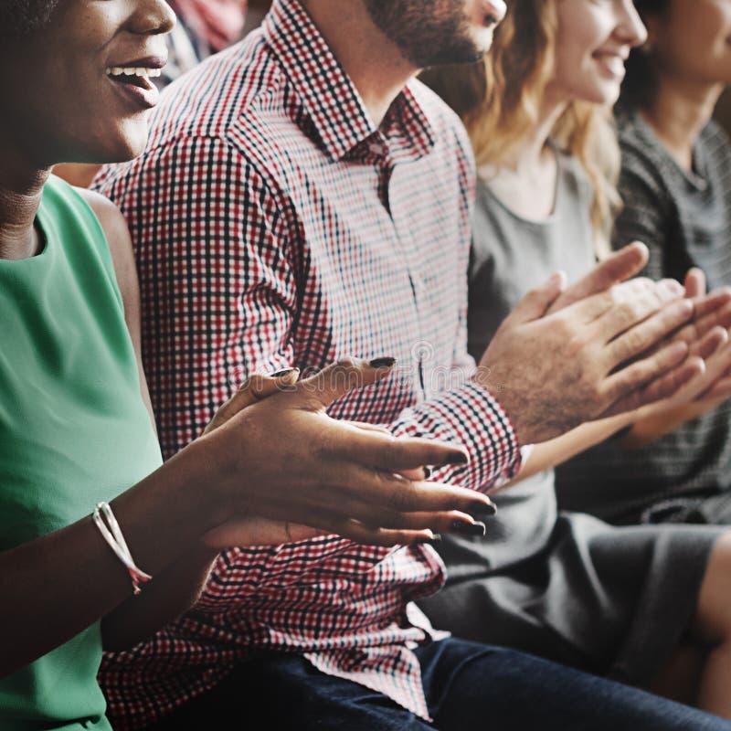 Åhörare applåderar att applådera begrepp för lyckagillandeutbildning arkivbilder
