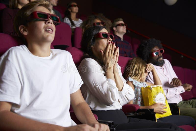 Åhörare i bion som bär exponeringsglas som 3D håller ögonen på rysaren fotografering för bildbyråer