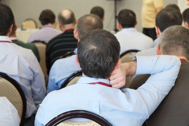 åhörare lyssnar i en konferenskorridor royaltyfri fotografi
