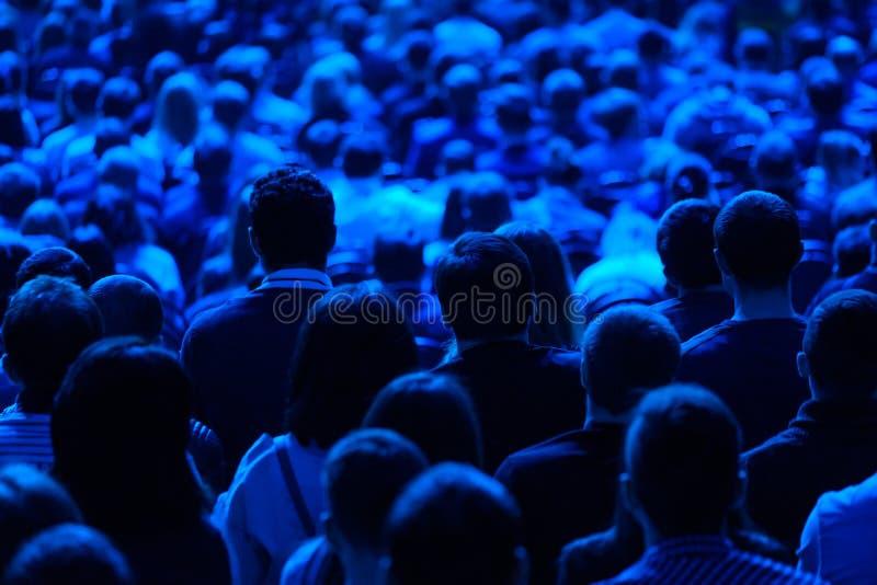 Åhörare lyssnar till föreläsaren på konferensen arkivfoto