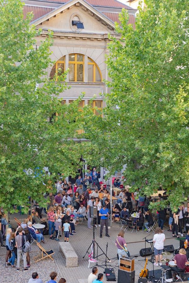 Åhörare på den årliga festivalen för öppen luft för sommarmusik som utomhus- rymms i Hranicar den offentliga korridoren arkivfoton