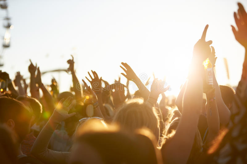 Åhörare på den utomhus- musikfestivalen royaltyfri fotografi