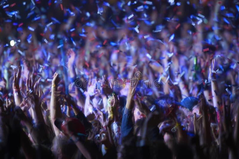 Åhörare på en musikfestival arkivfoto