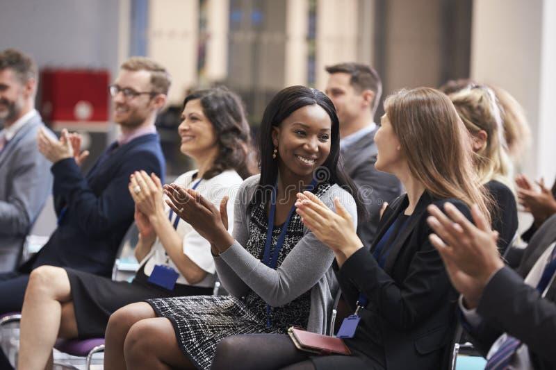Åhörare som applåderar högtalaren efter konferenspresentation arkivbild