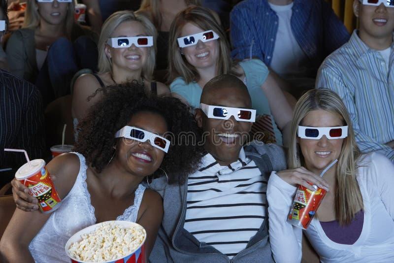 Åhörare som håller ögonen på 3-D film arkivfoton