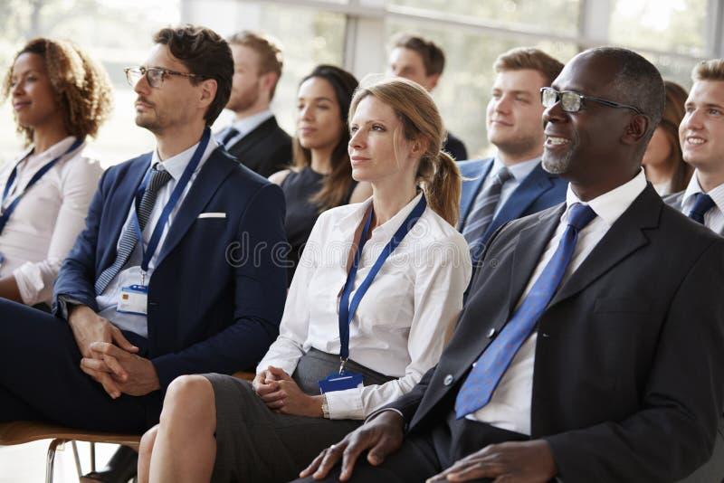 Åhörare som håller ögonen på en affärskonferens royaltyfri bild