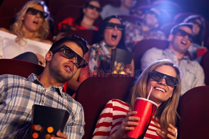 Åhörare som håller ögonen på filmen 3D på bion royaltyfria foton