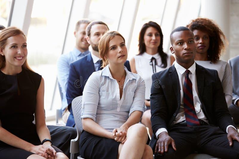 Åhörare som lyssnar till högtalaren på affärskonferensen arkivfoton