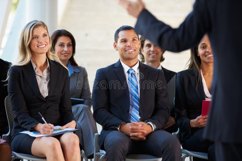 Åhörare som lyssnar till presentationen på konferensen royaltyfri bild