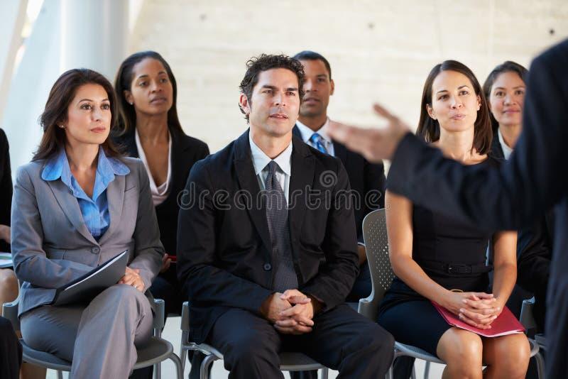Åhörare som lyssnar till presentationen på konferensen royaltyfria bilder