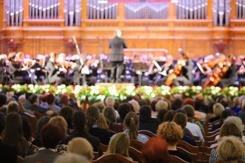Åhörarna som lyssnar till en symfoniorkester royaltyfria foton
